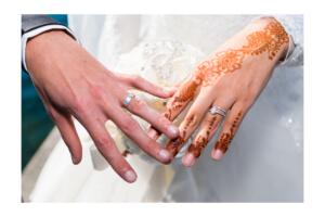 Zoom Photo sur les mains et bagues de mariage Oriental. Photographe Annecy Mariage.